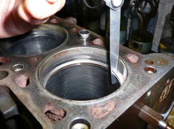 1 установи само кольцо в гильзу 2 протолкни его поршнем в низ 3 измерь таким образом зазор в 3-х местах гильзы. - установи само кольцо в гильзу и протолкни его поршнем в низ и измерь таким образом зазор в 3-х местах гильзы..jpg